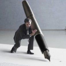 Человек пишет ручкой