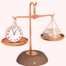 Весы: на одной чаше - часы; на другой - деньги